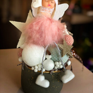 Aranjamente de Craciun - Ingeras roz in vas gri | Kalia Flowers - Atelier floral Pitesti