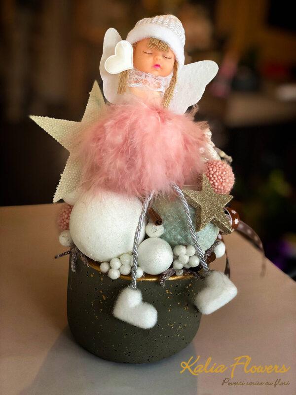 Aranjamente de Craciun - Ingeras roz in vas gri   Kalia Flowers - Atelier floral Pitesti